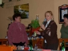 Místopředsedkyně MěÚ Mgr. Benešová předává Olze Früaufové kytyci