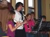 vychovatelka z družiny ZŠ Plhov nám hraje se svými svěřenci Adventní melodie